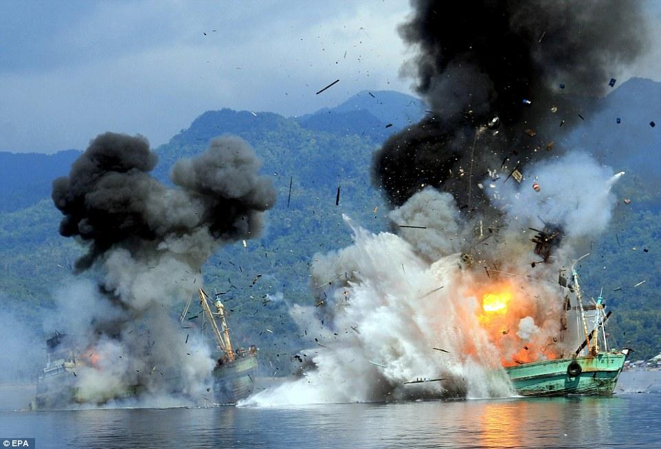 Marynarka Indonezji wysadza statki, których załogom udowodniono kłusownictwo