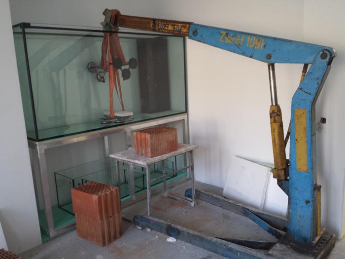 Stawianie akwarium za pomocą dzwigu